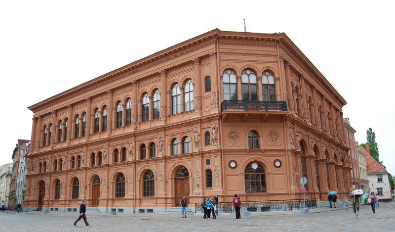 Sarunvalodas kluba dalībnieki apmeklē Rīgas Biržu | Patvērums Drošā Māja
