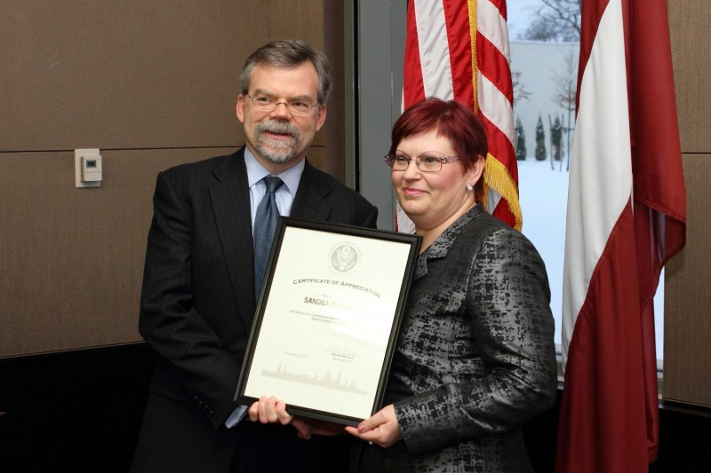 Receiving award from the US Embassy to Latvia | Patvērums Drošā Māja