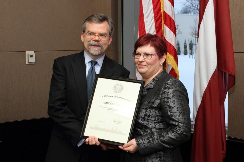 Вручение награды посольства США в Латвий, Убежище Надежный дом, Надежный дом, торговля людьми, рабство, фиктивный брак, принудительная работа, работорговля, волонтеры, добровольная работа, Patvērums Drošā Māja