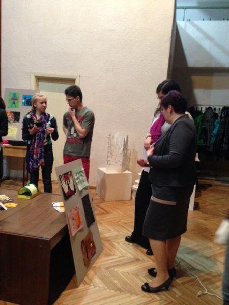 Liv Lie, Kristaps Zelavs un Sandra Zalcmane. Radošo darbu izstādes par cilvēku tirdzniecību atklāšana, 12. aprīlis
