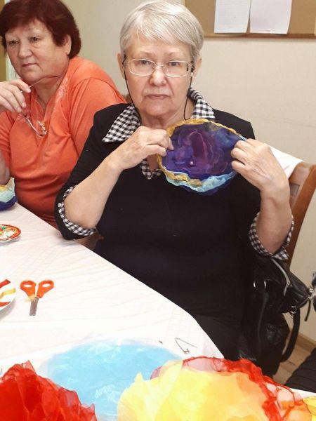 Seniori gatavo Ziedu brošas | Patvērums Drošā Māja